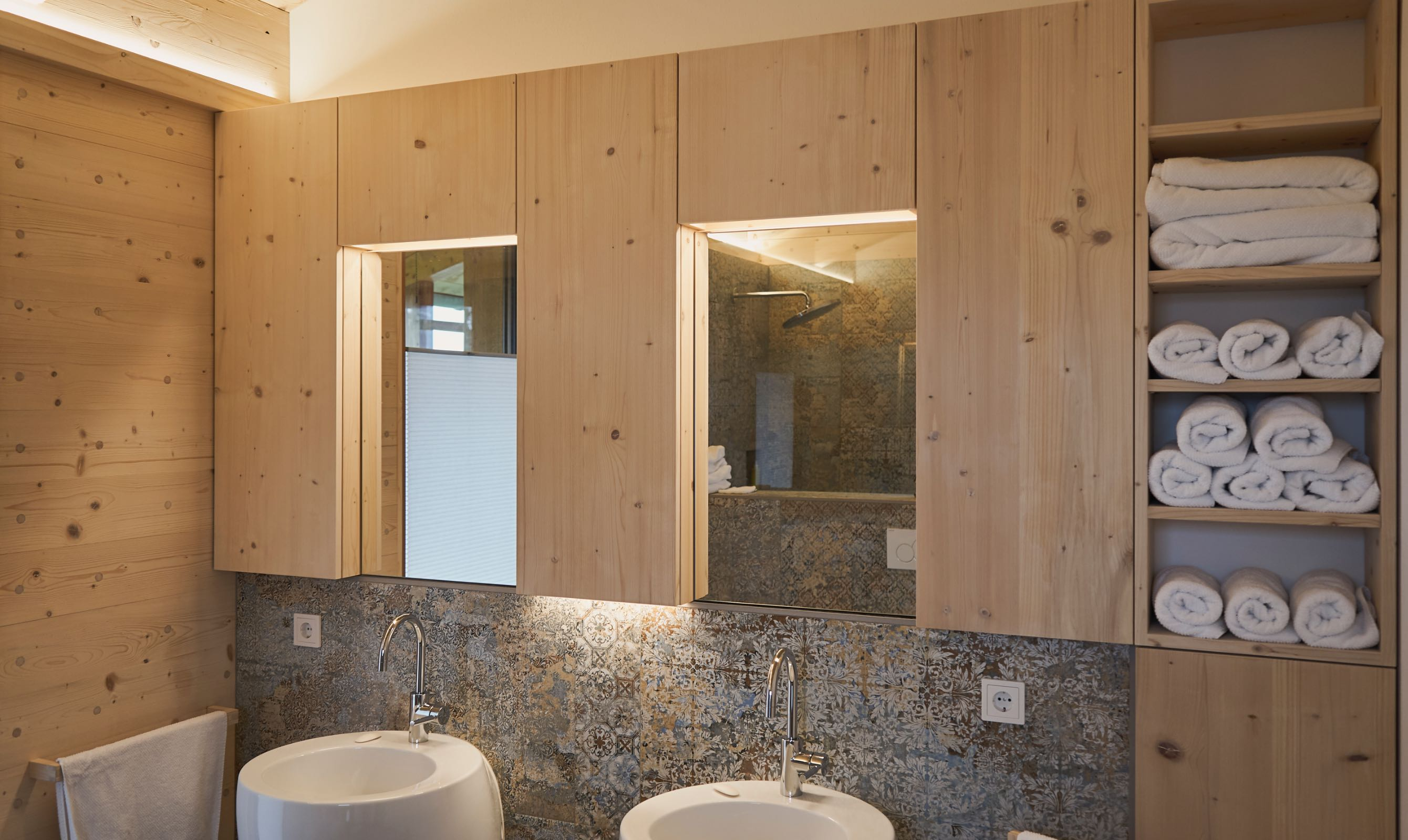 Badschrank mit Handtuchfächern