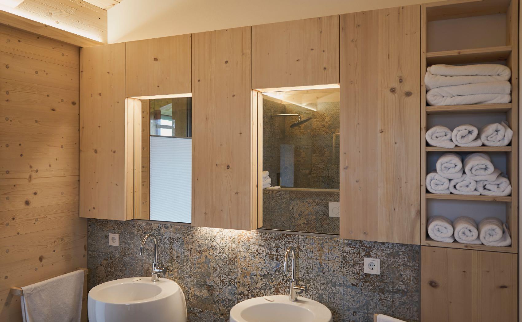Schränke mit integrierter Beleuchtung im Badezimmer