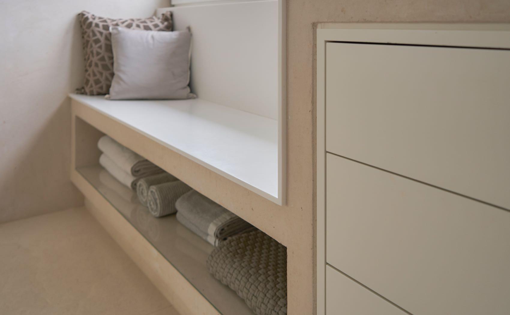 Badezimmer mit maßgefertigter Sitzbank belegt mit Corian