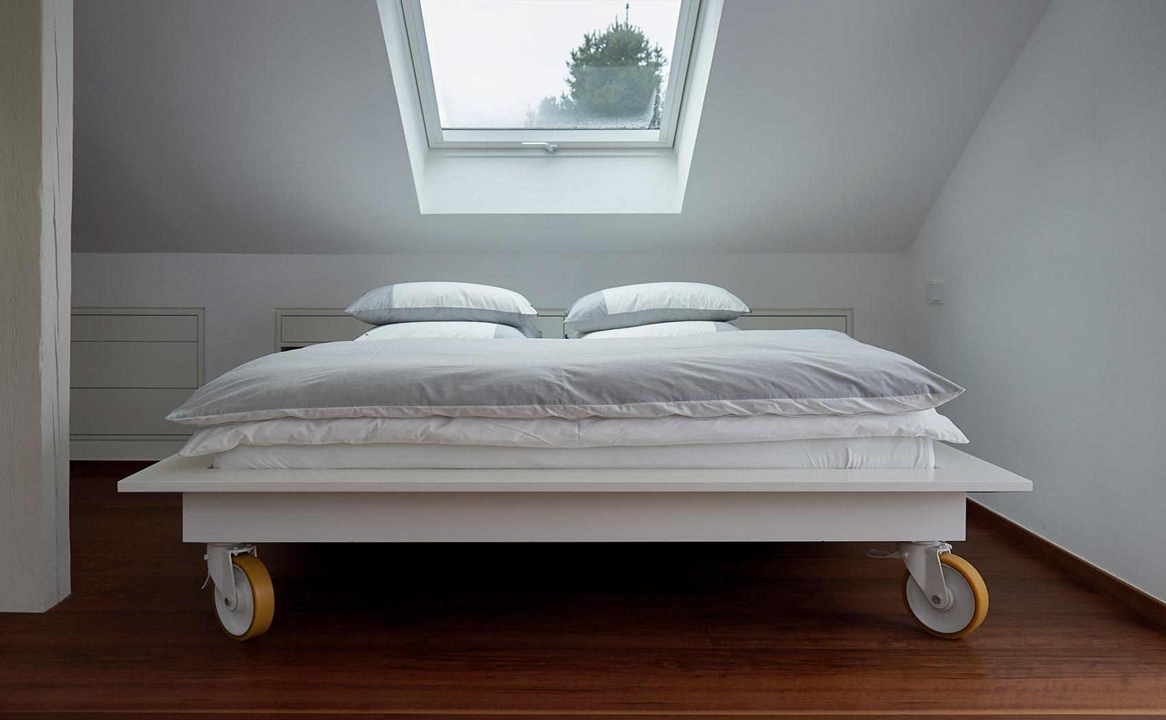 Bett weiß lackiert - verstaubar in der Dachschräge