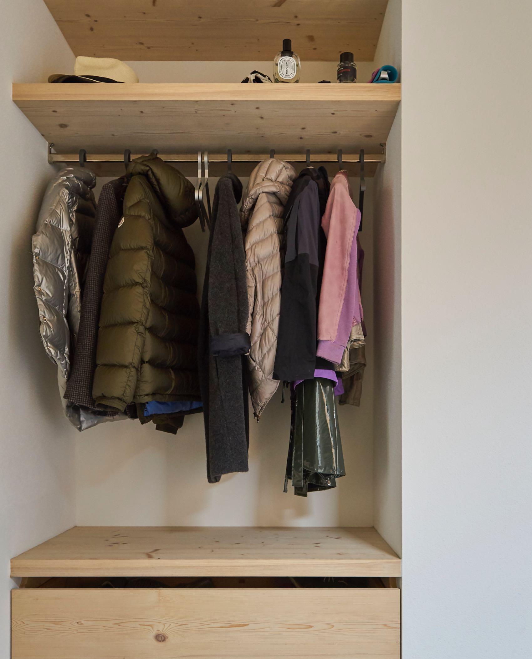 Garderobe aus Fichte roh in Nische eingebaut