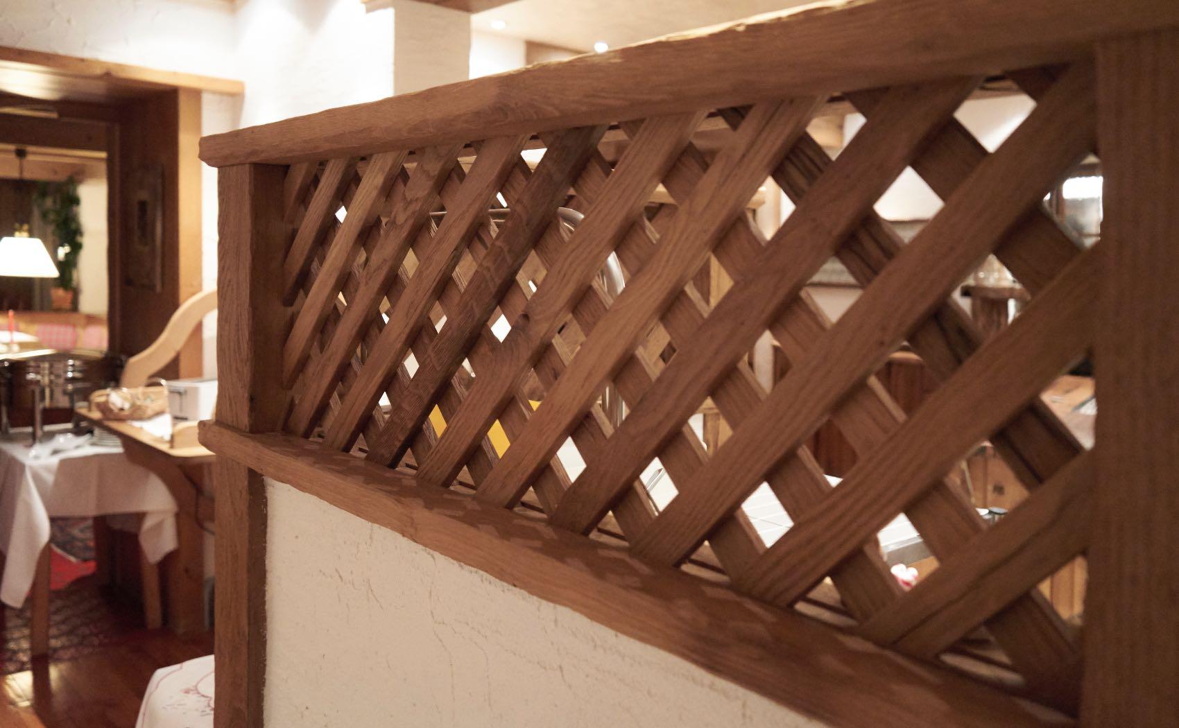 Rustikale Trennwand aus Holz in einem Restaurant