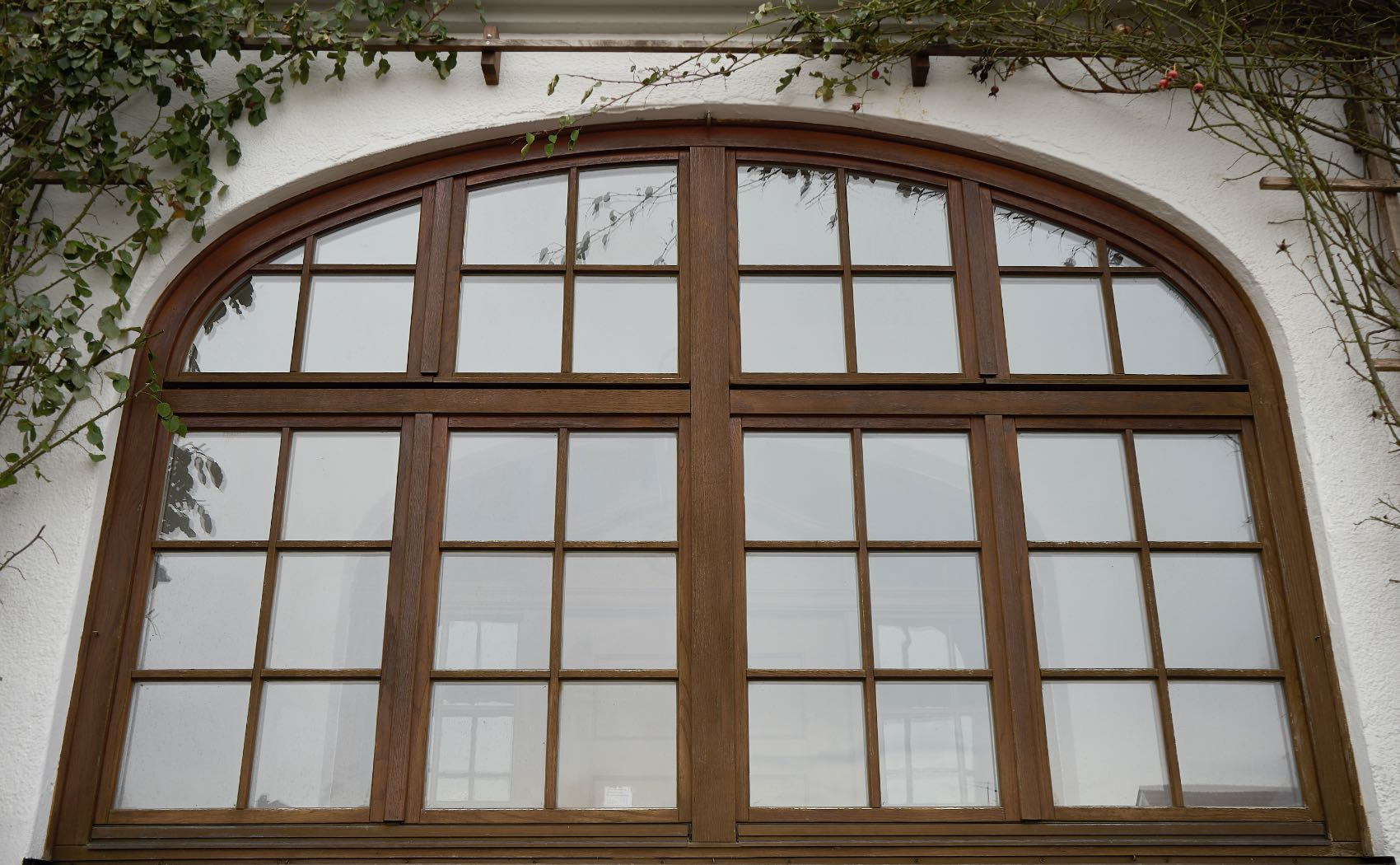 Historisches Sprossenfenster mit Korbbogen