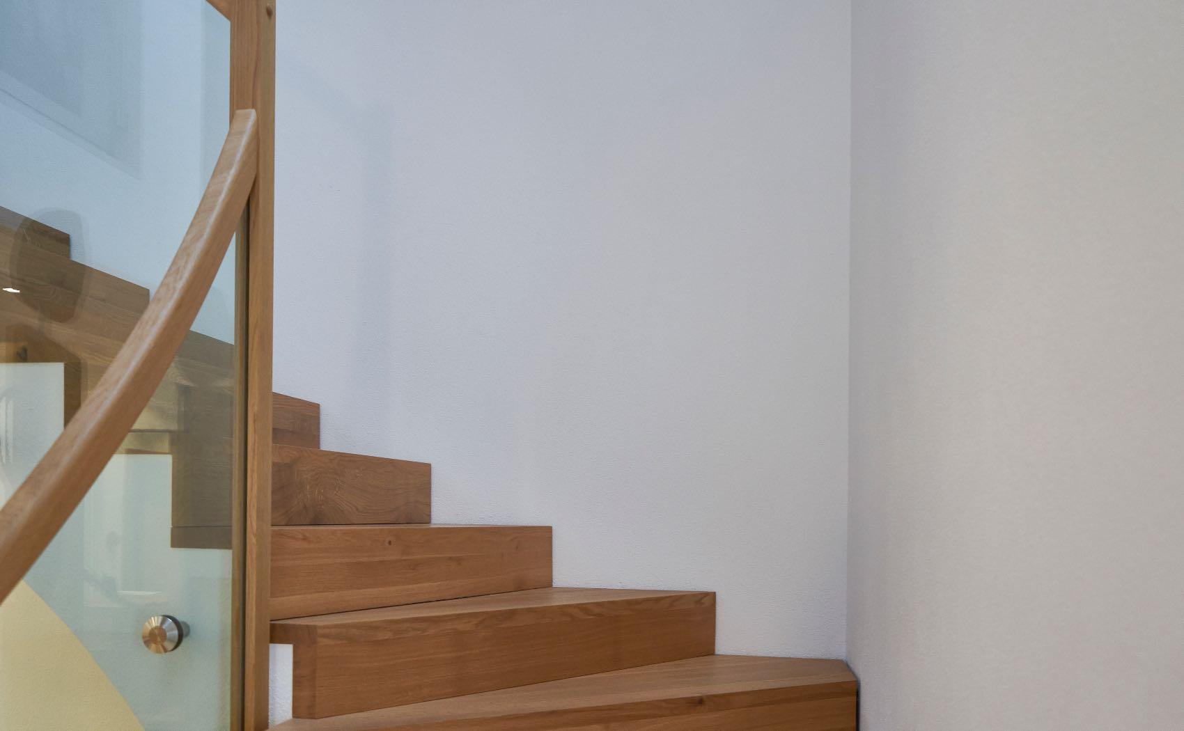 Mit Holzstufen belegte Treppe - Geländer aus Holz und Glas