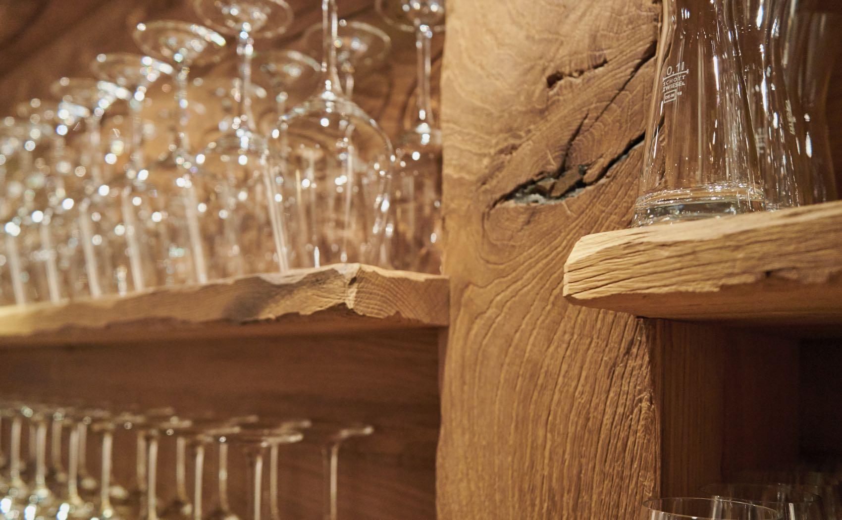 Rustikales Glasregal für Hotelbar