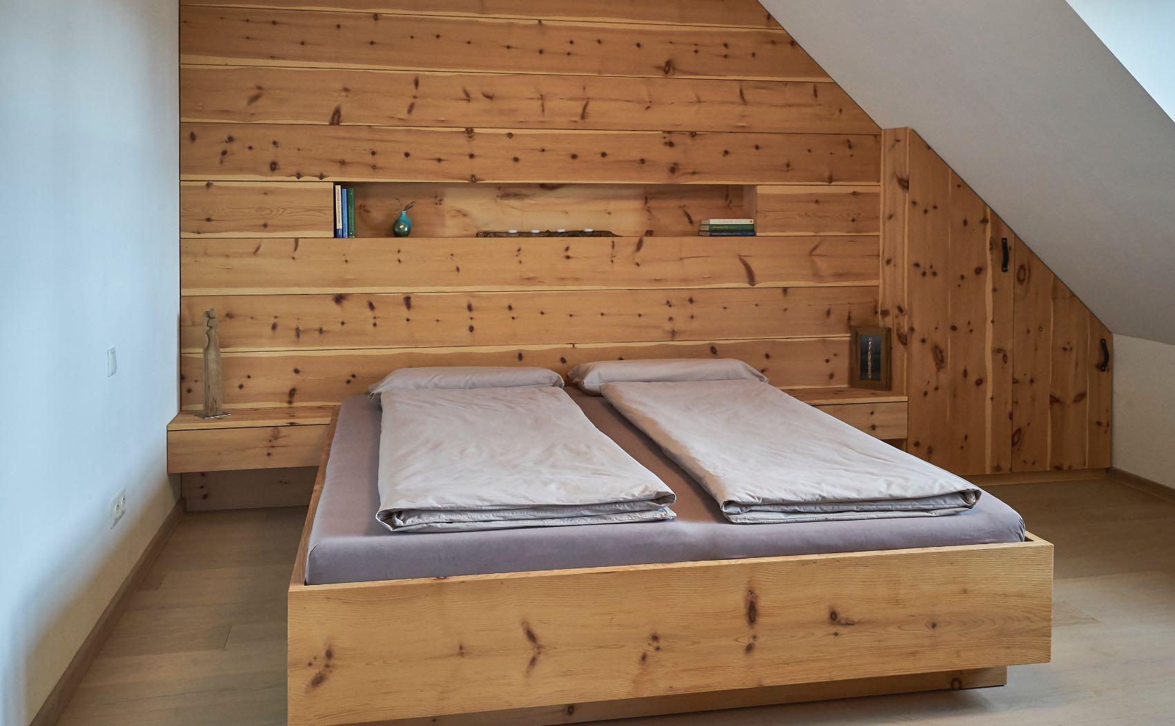 Zirbenschlafzimmer mit Holzvertäfelung und Einbauschrank