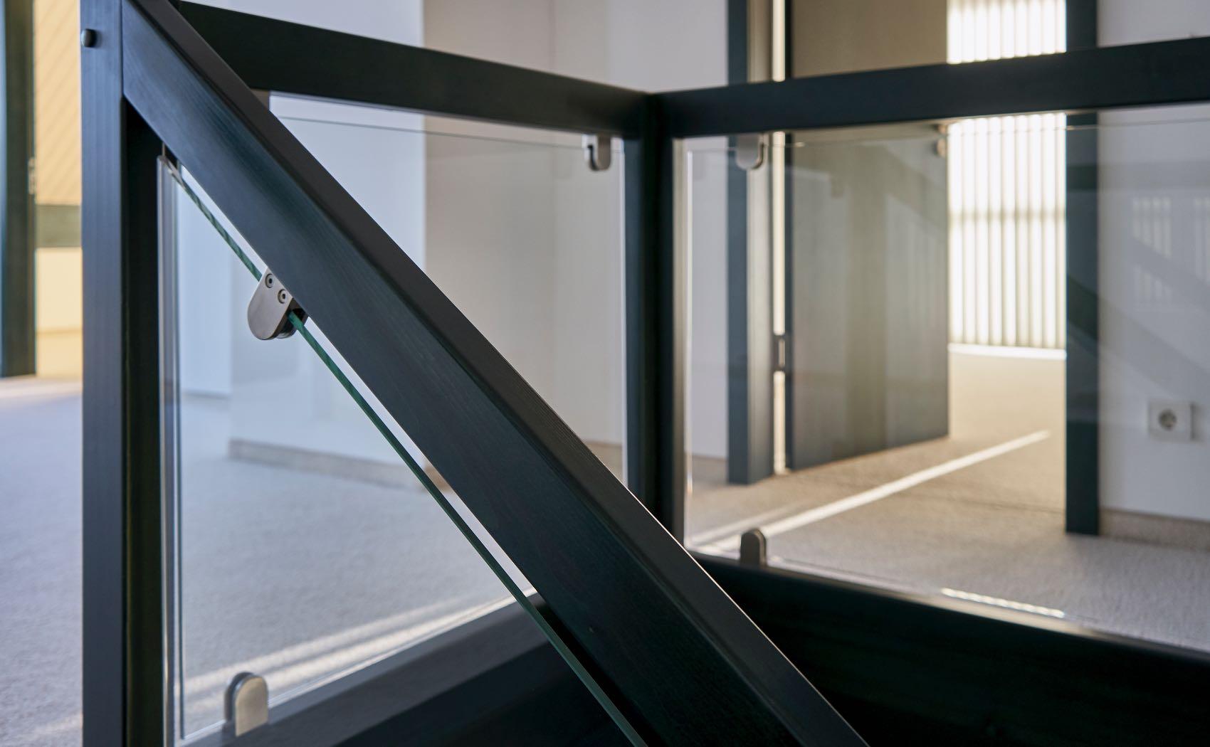 Treppengeländer aus Holz und Glas