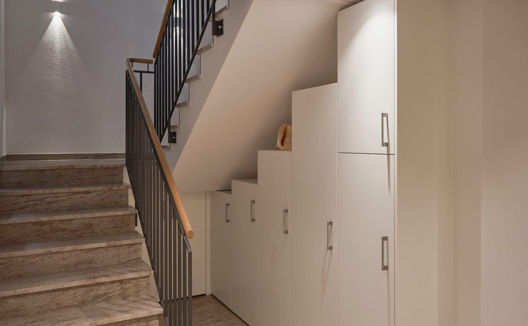 Maßschränke unter der Treppe