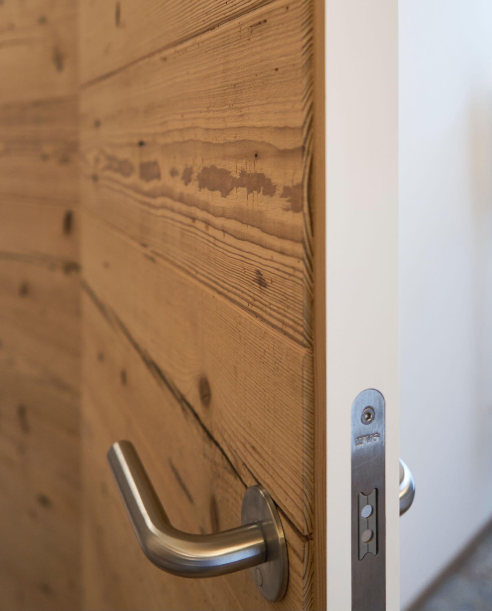 Zimmertüre außen Altholz und innen weiß